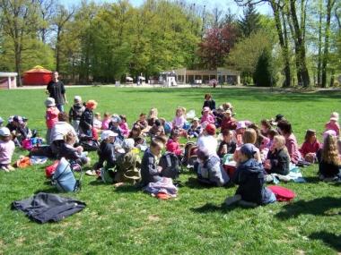 23.04.09 Pique nique dans la parc du chateu pour les classe de Biffontaine et de Les poulieres.jpg