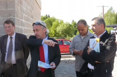 de gauche à droite sur la photo, le maire Alain Blangy, Benoît Jourdain du Sicovad, Didier Sonet directeur des services techniques de la ville, et l'adjoint au maire Yves Bonjean .JPG