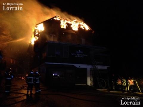 les-flammes-ravagent-toujours-une-partie-de-la-batisse-avec-violence-en-ce-moment-photo-laurent-mami-1448907491.jpg