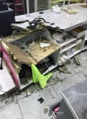 l-etat-du-comptoir-a-chavelot-la-ou-se-trouvait-la-caisse-automatique-apres-le-depart-des-malfaiteurs-photo-dr-1492723324.jpg