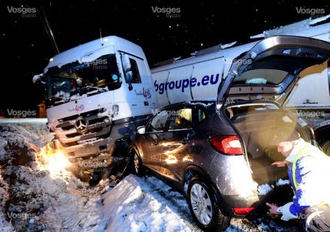 un-camion-s-est-retrouve-en-position-de-portefeuille-il-a-ete-percute-par-une-voiture-qui-le-suivait-photos-philippe-briqueleur-1448557067.jpg
