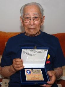 7-Vétéran Henry TANIGUSCHI présente la plaque du Chemin de la Paix (Copier).jpg