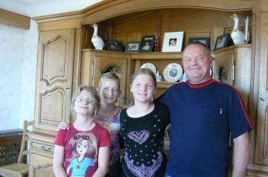 Pauline, avec ses parents et sa soeur jumelle .JPG