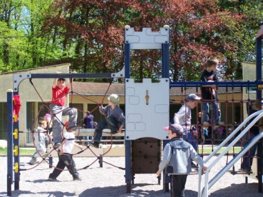23.04.09 Jeux au parc du chateau pour les eleves de Biffontaine (13).jpg