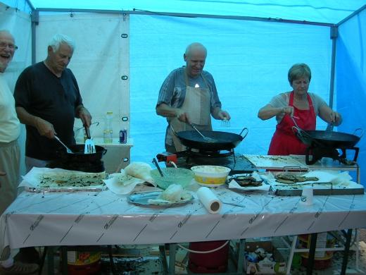 Jeanne Marie Sylvain et Michel en cadence preparer les beignets.JPG