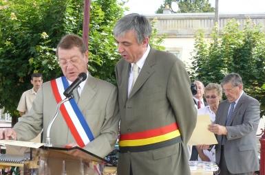 Lecture du texte commune par le bourgmestre Elie Deblire et le maire de Bruyères, Alain Blangy .JPG