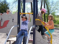 23.04.09 Jeux au parc du chateau pour les eleves de Biffontaine (2).jpg