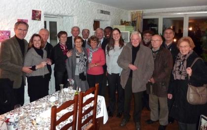 Mr Mme YOUMA entourés par les membres du Lions Club.jpg