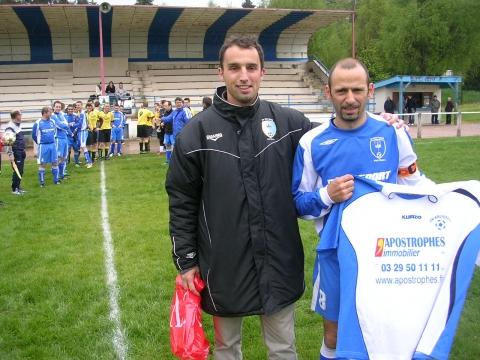 Remise par Julien ANCEL un maillot souvenir à Tonio COVAS.jpg