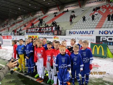 07 U9 SMB et ARCHES sur le stade de Nancy avant match.JPG